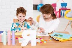Kinderentherapeut en lezingsles stock fotografie