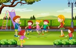 Kinderentouwtjespringen in het park Stock Afbeelding