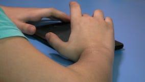 Kinderenvinger wat betreft touchscreen van de tabletcomputer stock footage