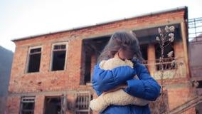 Kinderenvluchtelingen tegen de achtergrond van gebombardeerde huizen Oorlog stock videobeelden