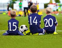 Kinderenvoetbal Team Playing Match Voetbalspel voor Jonge geitjes Stock Foto's