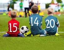 Kinderenvoetbal Team Playing Match Voetbalspel voor Jonge geitjes Royalty-vrije Stock Afbeeldingen