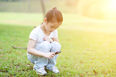 Kindererforschungsnatur mit Vergrößerungsglasglas an draußen lizenzfreie stockbilder