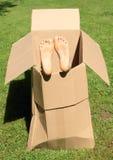 Kinderfüße im Kasten stockbilder