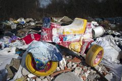 Kinderfahrrad auf Stapel des Dumps lizenzfreie stockfotos