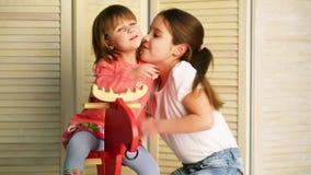 Kinderfahrt auf Spielzeugpferd stock video footage
