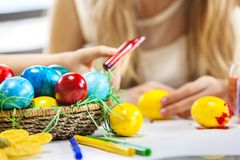 Kinderfarbe Ostereier zu Hause lizenzfreie stockbilder