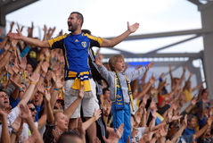 Kinderführende Fußball ultras Lizenzfreies Stockbild