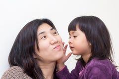Kinderflüstern-Mama Stockbilder