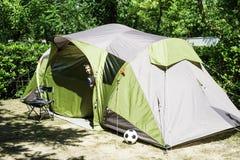Kinderflüchtige blicke von einem Zelt Lizenzfreies Stockbild