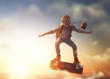 Kinderfliegen auf einem Koffer lizenzfreie stockfotos