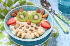 Kinderfrühstücksbrei Stockfotos