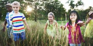 Kinderfreund-Jungen-Mädchen-spielerische Natur-nettes Konzept lizenzfreies stockbild