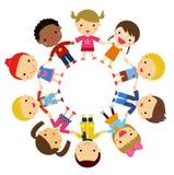 Kinderfreunde aus der ganzen Welt von verschiedenen Ethnien im Kreis lizenzfreie abbildung