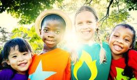 Kinderfreundschafts-Zusammengehörigkeits-lächelndes Glück-Konzept Lizenzfreies Stockbild