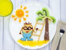 Kinderfrühstück mit Pfannkuchen und Früchten Karikaturheld Lizenzfreie Stockfotografie