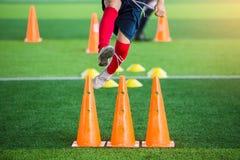Kinderfußball ist- springend und rüttelnd Lizenzfreies Stockbild