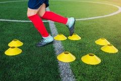 Kinderfußball ist- springend und rüttelnd Stockfotografie