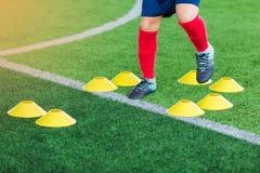 Kinderfußball ist- springend und rüttelnd Stockfoto
