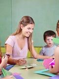 Kindergärtnerin im Kindergarten lizenzfreies stockfoto