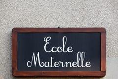 Kindergarten auf einer Wand auf französisch lizenzfreie stockfotografie