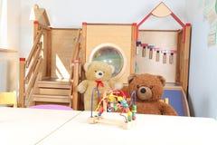 Kindergarten ohne Spielwaren und Teddybären des Personals nur lizenzfreies stockfoto