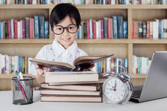 Kindergarten student reading books in library Stock Images