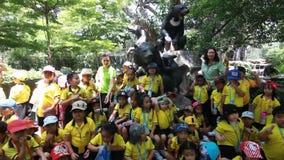 Kindergarten-Studenten besichtigen den Zoo stock footage
