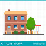 Kindergartengebäude mit Kinderspielplatz Stockfotos
