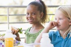 Kindergartenkinder, die das Mittagessen essen Lizenzfreies Stockbild