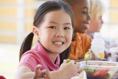 Kindergartenkinder, die das Mittagessen essen Stockbilder