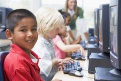 Kindergartenkinder, die erlernen, Computer zu benutzen Lizenzfreies Stockbild
