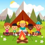 Kindergartenkinder, die im Wald kampieren Stockfotografie