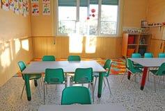 Kindergartenklasse mit den Stühlen und den Dekorationen der Kinder Lizenzfreie Stockbilder
