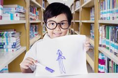 Kindergartenstudent, der ihre Zeichnung zeigt Lizenzfreie Stockfotos