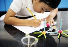 Kindergartenstudent, der Strukturen von den Spielwaren lernt stockbilder