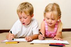 Kindergartenzeichenstiftkinder Lizenzfreie Stockfotos