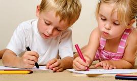 Kindergartenzeichenstiftkinder Stockfotografie