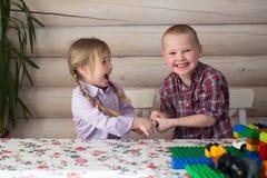 Kindergeschwister der Bruder und Schwester, die Erbauer spielen, Anteil spielen lizenzfreie stockbilder