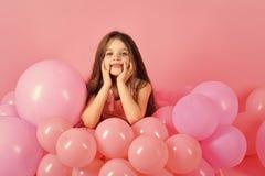 Kindergesichtshautpflege Porträtmädchengesicht in Ihrem advertisnent Geburtstag, Glück, Kindheit, Blick Lizenzfreie Stockfotografie