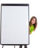 Kinderglückliches Mädchen mit leerem Flip-Chart weißem Exemplarplatz stockfotografie