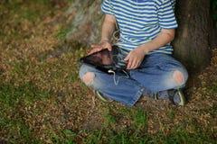 Kindergriffe auf einem Schoss die Tablette Lizenzfreies Stockbild