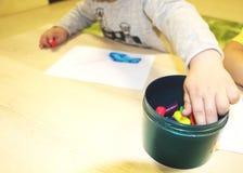 Kindergruppe, die Künste und Handwerk im Kindergarten macht Kinder, die Zeit in der Tagesstätte mit dem großen Interesse verbring lizenzfreie stockbilder