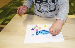 Kindergruppe, die Künste und Handwerk im Kindergarten macht Kinder, die Zeit in der Tagesstätte mit dem großen Interesse verbring stockbilder
