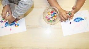 Kindergruppe, die Künste und Handwerk im Kindergarten macht Kinder, die Zeit in der Tagesstätte mit dem großen Interesse verbring stockfoto