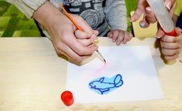 Kindergruppe, die Künste und Handwerk im Kindergarten macht Kinder, die Zeit in der Tagesstätte mit dem großen Interesse verbring lizenzfreie stockfotografie