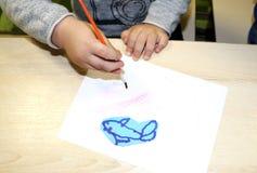 Kindergruppe, die Künste und Handwerk im Kindergarten macht Kinder, die Zeit in der Tagesstätte mit dem großen Interesse verbring stockbild
