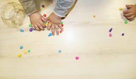 Kindergruppe, die Künste und Handwerk im Kindergarten macht Kinder, die Zeit in der Tagesstätte mit dem großen Interesse verbring lizenzfreies stockfoto