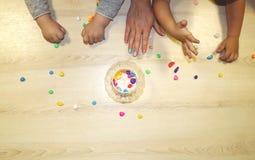 Kindergruppe, die Künste und Handwerk im Kindergarten macht Kinder, die Zeit in der Tagesstätte mit dem großen Interesse verbring lizenzfreie stockfotos