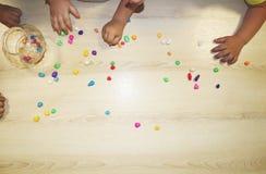 Kindergruppe, die Künste und Handwerk im Kindergarten macht Kinder, die Zeit in der Tagesstätte mit dem großen Interesse verbring stockfotos